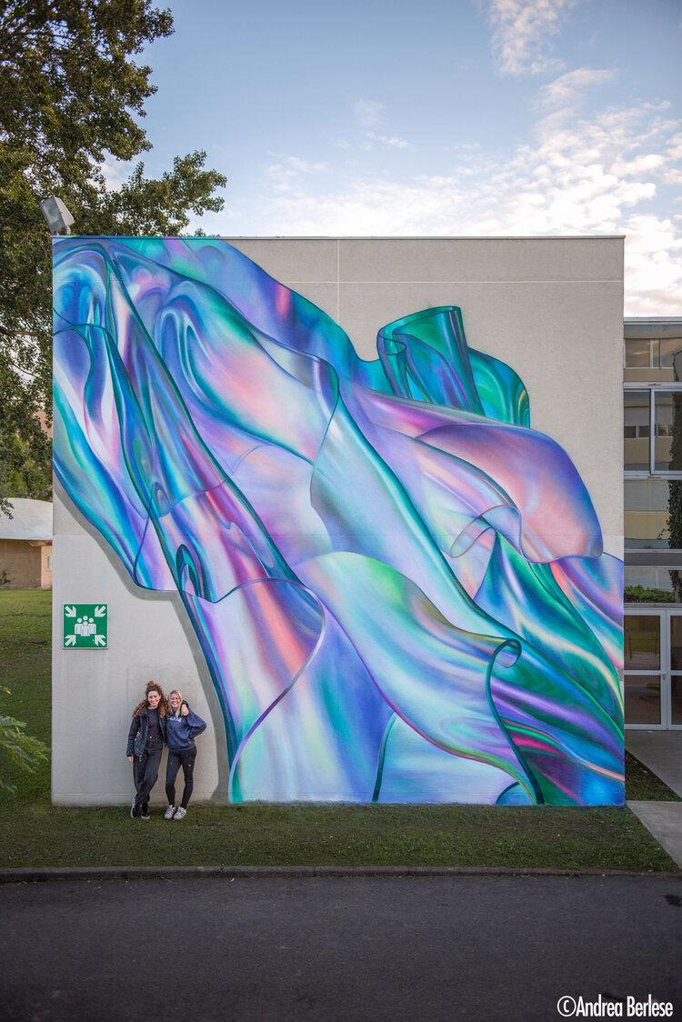 Sophie et Rosie devant la première fresque (bâtiment D)